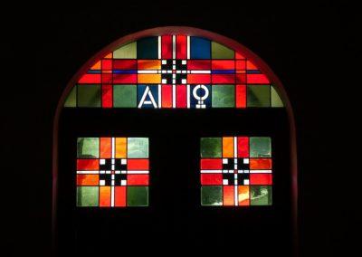 Glasfenster über Hauptportal