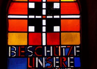 Glasfenster rechts der Taufkapelle